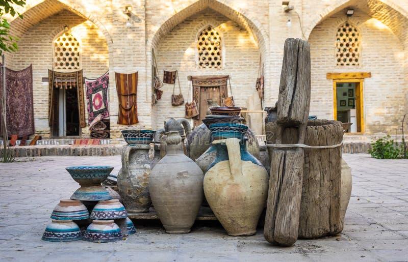 Stora lergodstillbringare i inre gård av den gamla mitten av Bukhara, Uzbebkistan royaltyfri foto