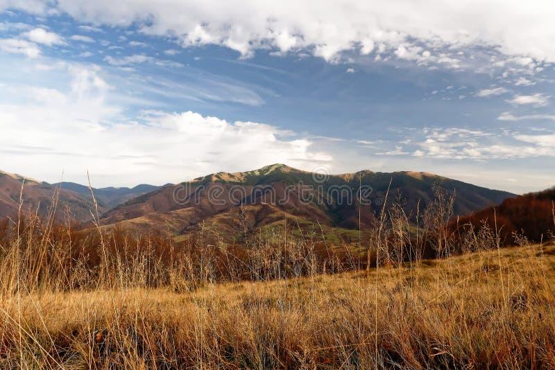 stora liggandebergberg Höst Sikter av berget arkivfoto