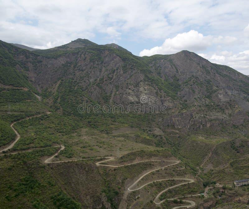 stora liggandebergberg Landskapet i Armenien (Tatev) arkivbild