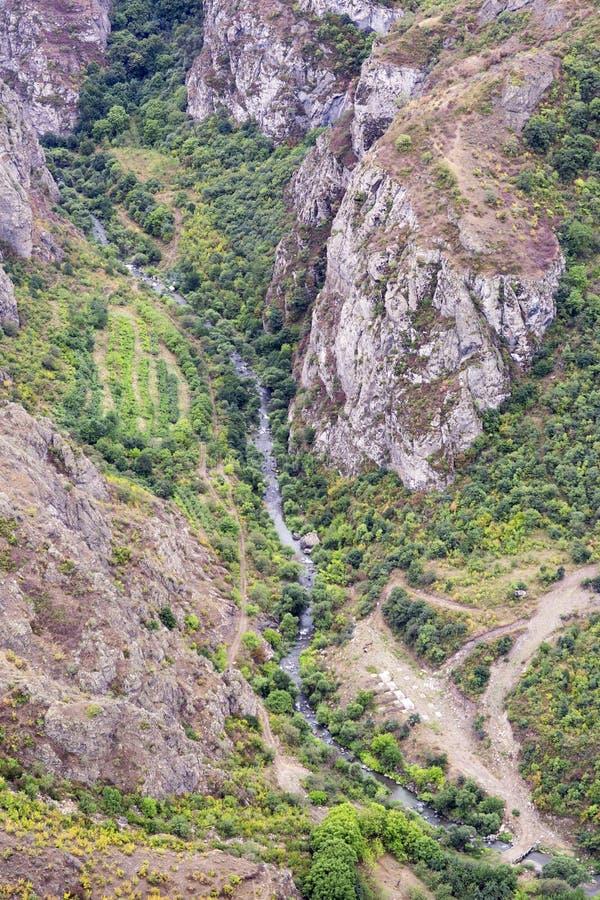 stora liggandebergberg Landskapet i Armenien (Tatev) royaltyfri fotografi
