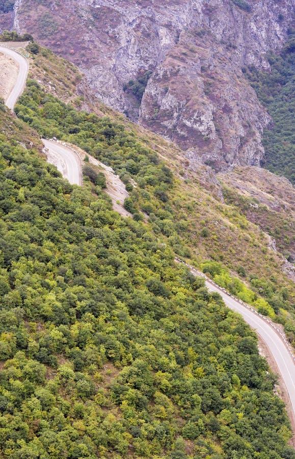 stora liggandebergberg Landskapet i Armenien (Tatev) arkivfoto