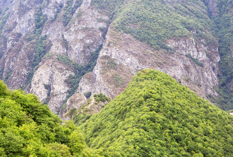 stora liggandebergberg Landskapet i Armenien (Tatev) royaltyfria foton