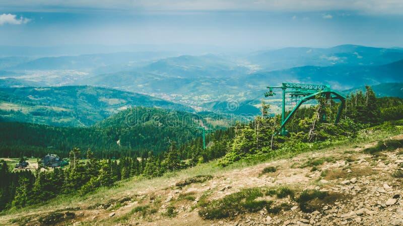stora liggandebergberg Polska berg Pilsko lyft skidar arkivfoto