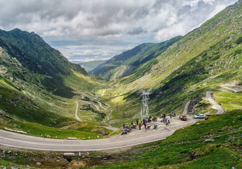 stora liggandebergberg Rumänska Carpathians transfagarasan väg Motorcykelcyklistföretag arkivfoto