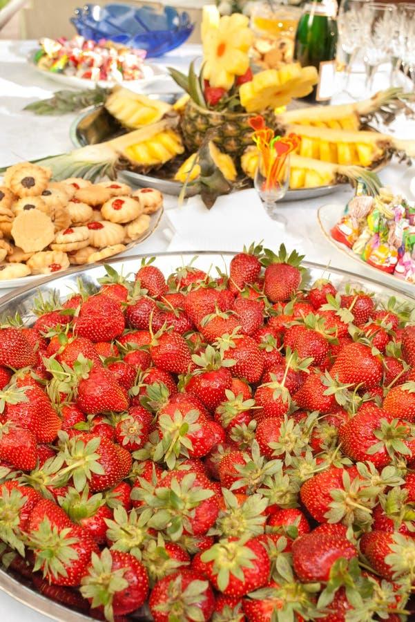 stora lott plate jordgubbar fotografering för bildbyråer