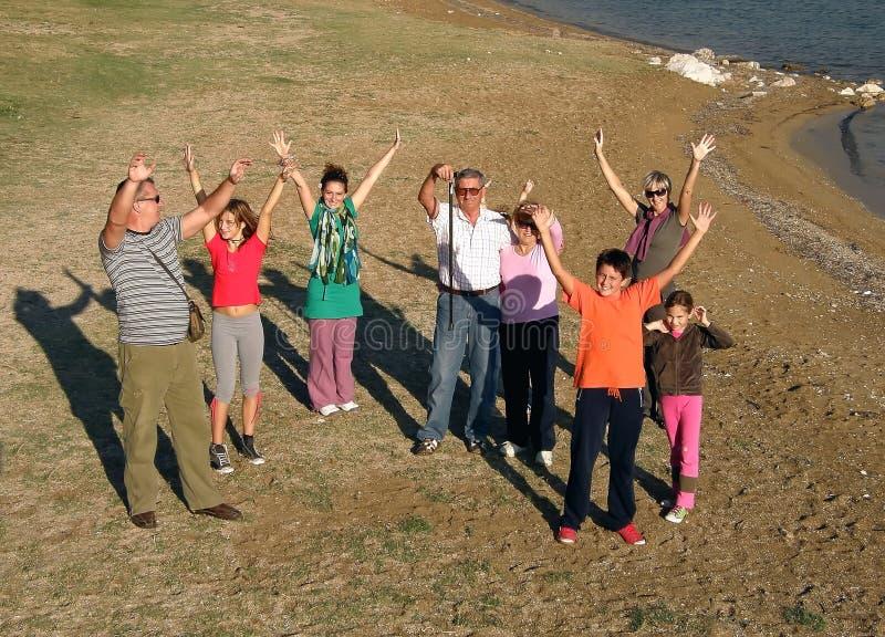 stora lyckliga familjhälsningar överför arkivfoton
