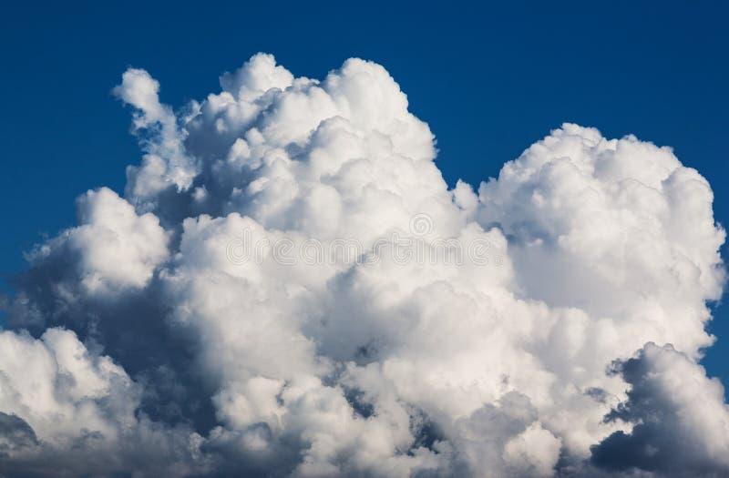 Stora moln i himlen arkivbilder