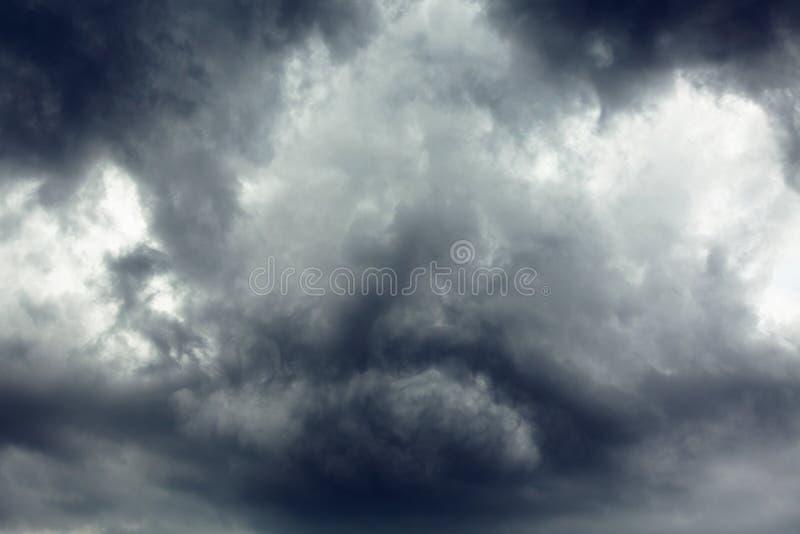 Stora mulna moln i himmel arkivbild