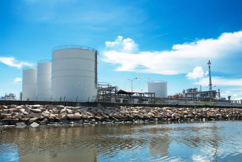 Stora naturgaslagringsbehållare royaltyfri bild