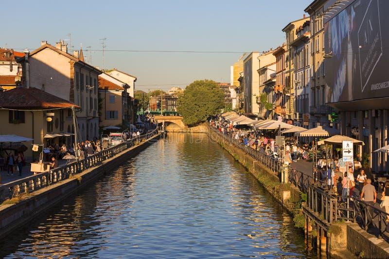 Stora Naviglio, vattenkanal i centret, Milan, Italien arkivfoton