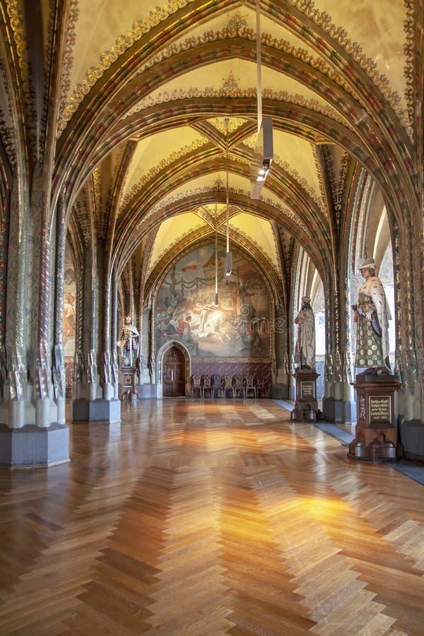 Stora och långa korridorer i ett uråldrigt slott royaltyfria bilder