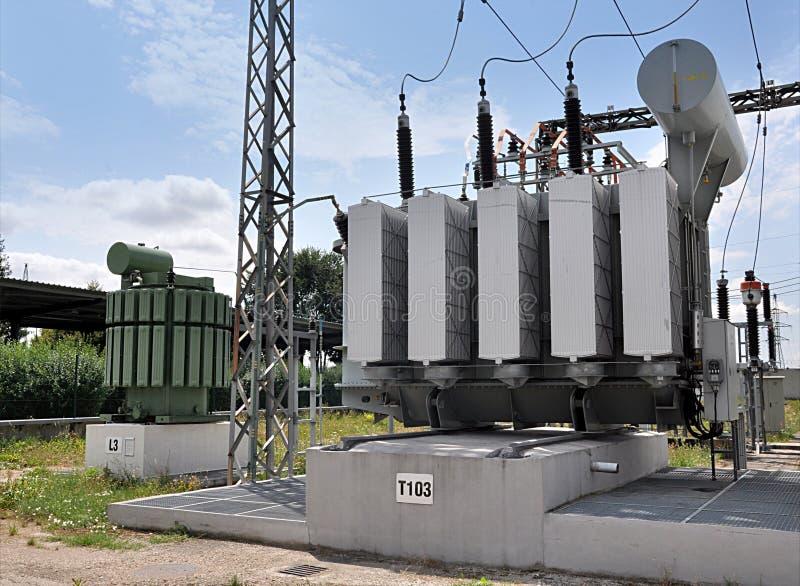 Stora olje- transformatorer royaltyfri bild