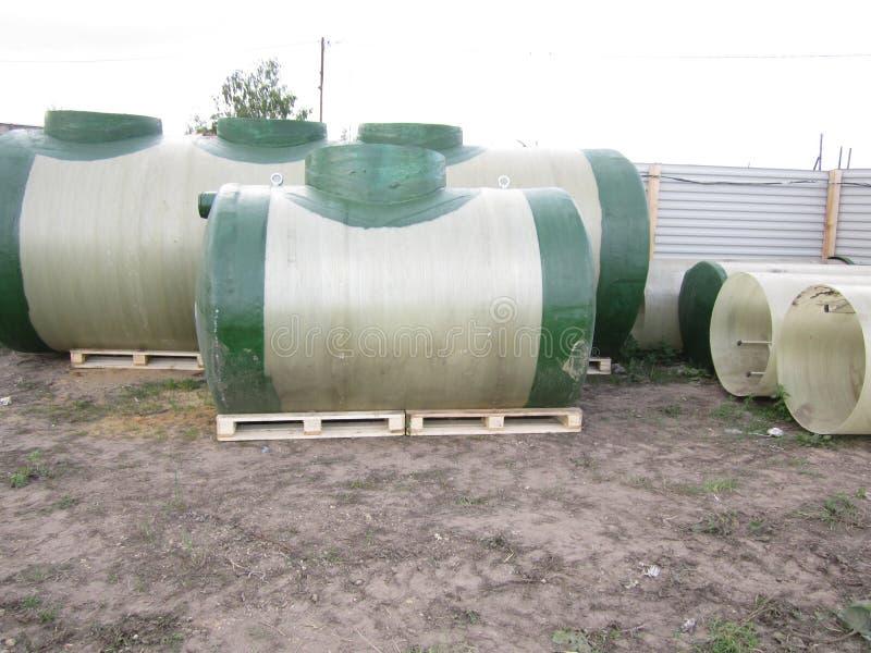 Stora plast- vattenbehållare arkivbilder