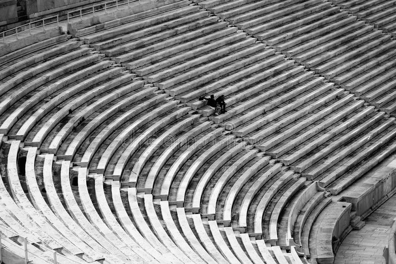 Stora platser för en stadion med få människor royaltyfria bilder
