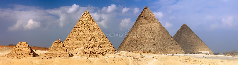 Stora pyramider som lokaliseras i Giza. Panorama royaltyfri fotografi