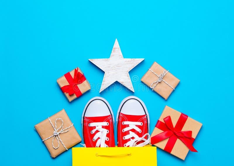 Stora röda deckare i den kalla shoppingpåsen, stjärna formade leksaken och beaut royaltyfri fotografi