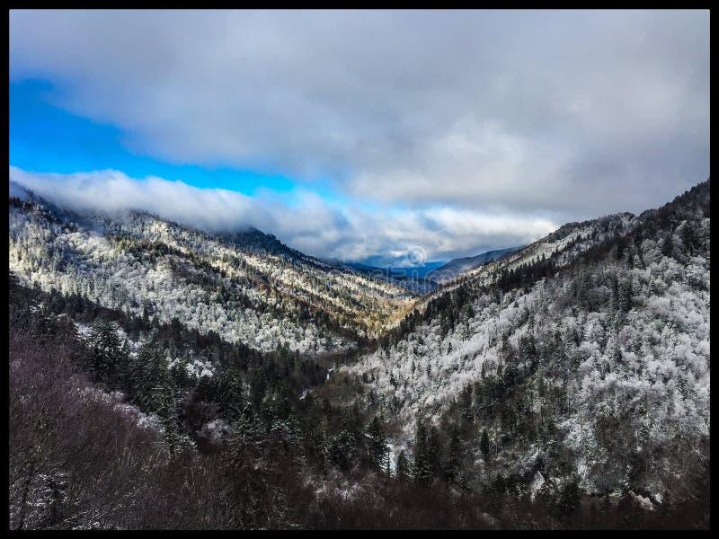 Stora rökiga berg fotografering för bildbyråer