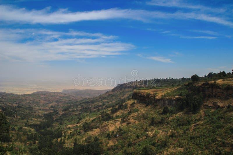 Stora Rift Valley i Uganda med att förbluffa himmel royaltyfri fotografi