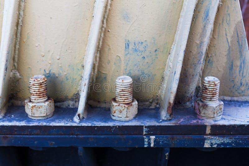 Stora rostiga metallmuttrar som låsas med rost- och korrosionsbultar arkivfoton