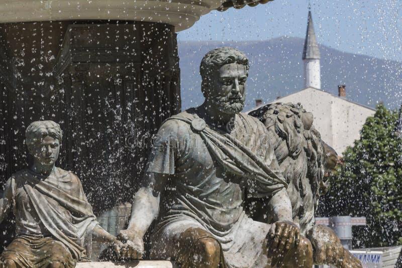 Stora skulpturer för vattenspringbrunn och bronsav vuxna människor och childre royaltyfria foton