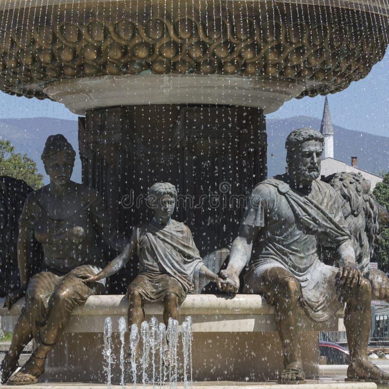 Stora skulpturer för vattenspringbrunn och bronsav vuxna människor och childre fotografering för bildbyråer