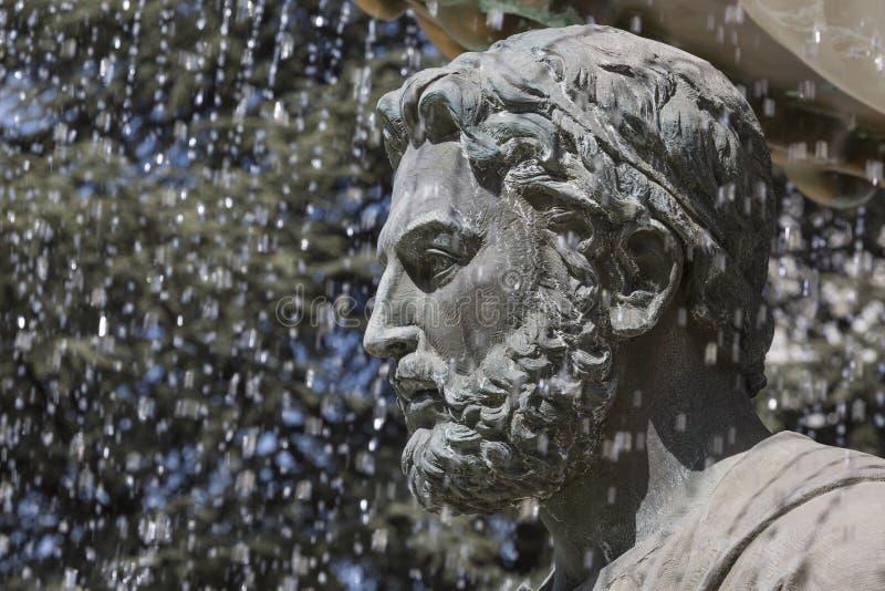 Stora skulpturer för vattenspringbrunn och bronsav vuxna människor och childre arkivbilder