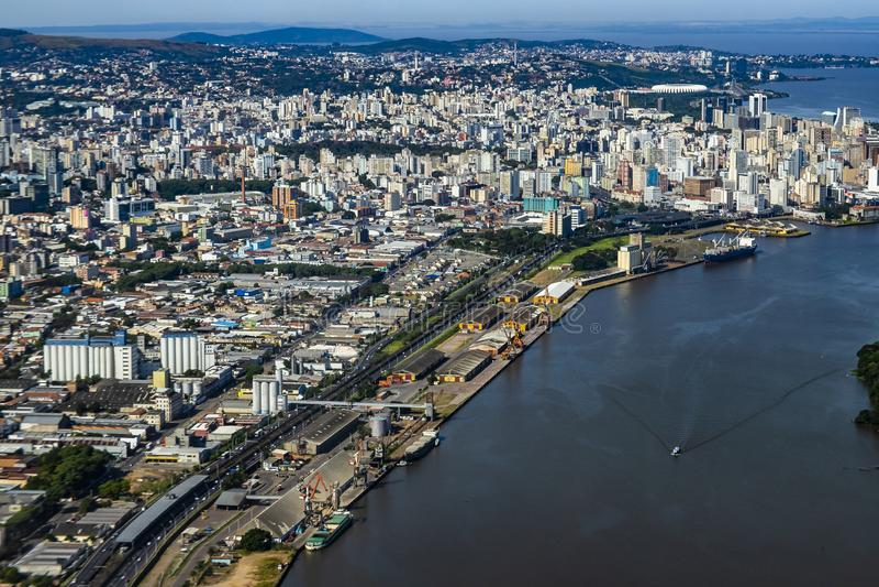 Stora st?der som ses fr?n ?ver Stad av Porto Alegre av staten av Rio Grande do Sul, Brasilien royaltyfri bild