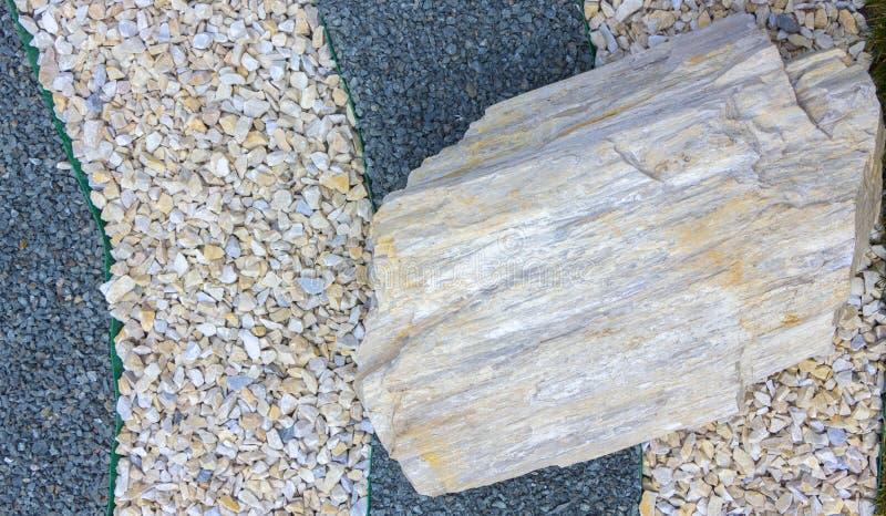 Stora stenar för bruk i landskapdesign, när de monterar alpina, glidbanor och japansk sten arbeta i trädgården royaltyfri foto