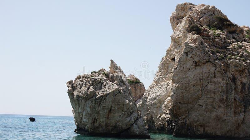 Stora stenar i havet i Cypern arkivfoto