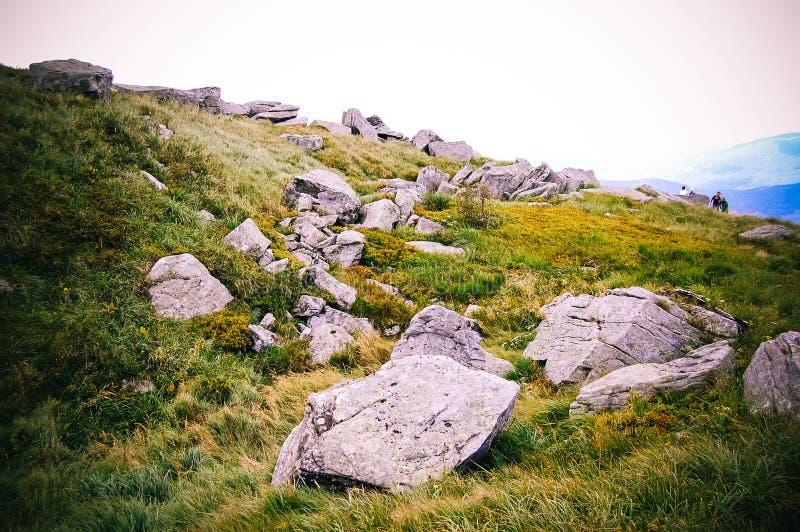 Stora stenar ligger överst av berget royaltyfri bild