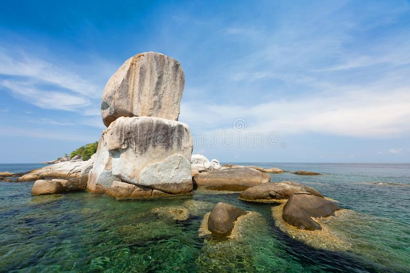 Stora stenar som av naturen Koh Hin Son Island närliggande Lipe Isla royaltyfria bilder