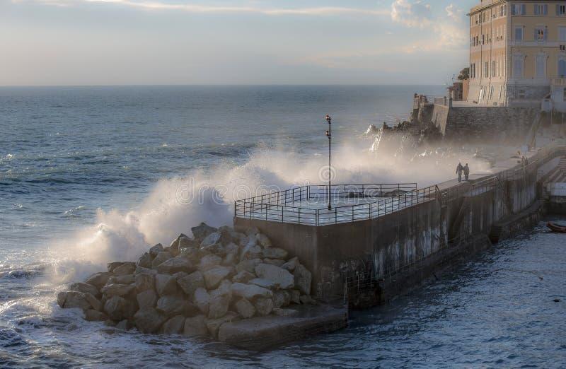 Stora stormiga vågor som kraschar över kusten - Genoa Nervi pir, Italien arkivfoton