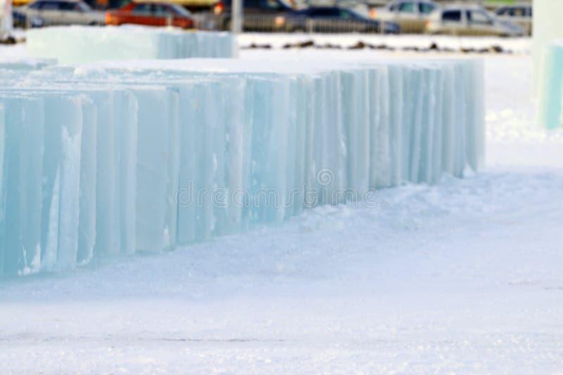 Stora stycken av is som bygger en isstad i vinter royaltyfria foton