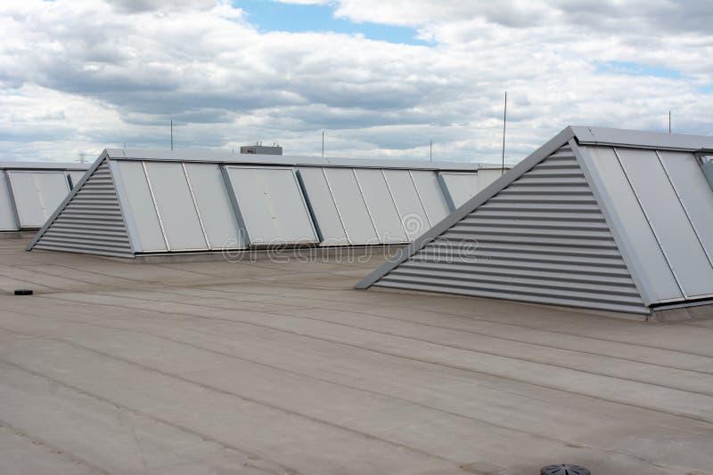 Stora takfönster och hydro isoleringsmembran på modern industriell korridor arkivbild