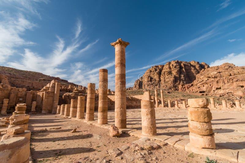 Stora tempelkolonner i Petra, Wadi Musa, Jordanien arkivbild