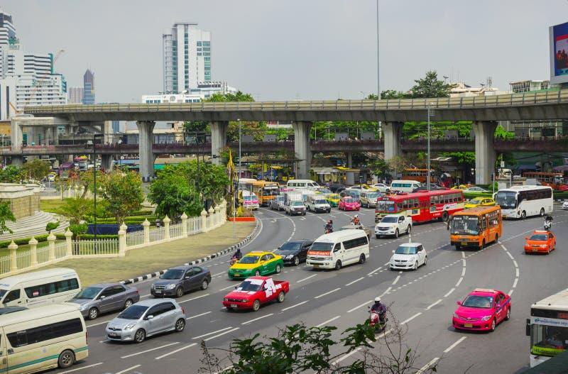 Stora trafikflöden i fyrkanterna Bangkok royaltyfria foton