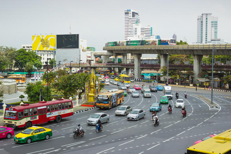 Stora trafikflöden på vägar Bangkok arkivbilder