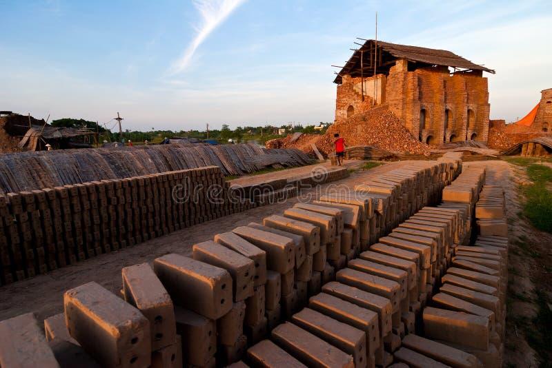 Stora ugnar, brännugnar, van vid botlerategelstenar i Vietnam royaltyfri bild