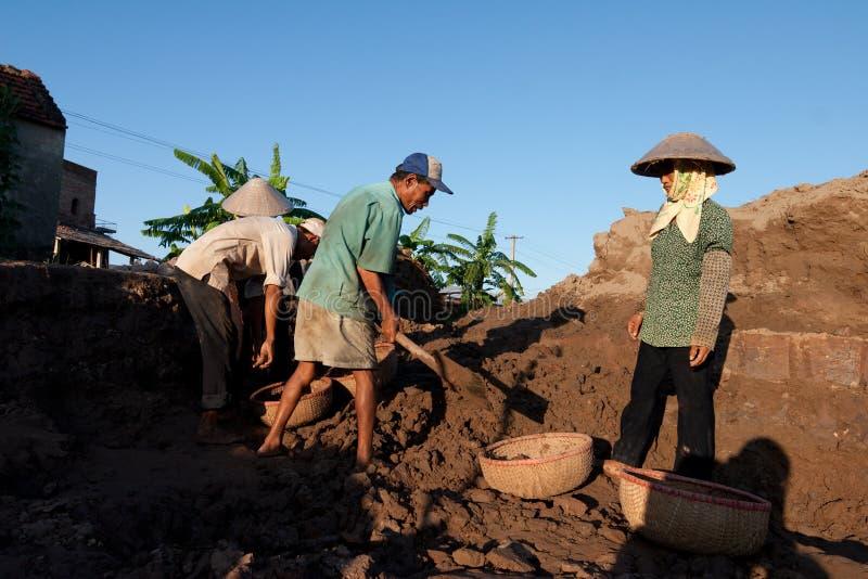 Stora ugnar, brännugnar, van vid botlerategelstenar i Vietnam arkivfoto