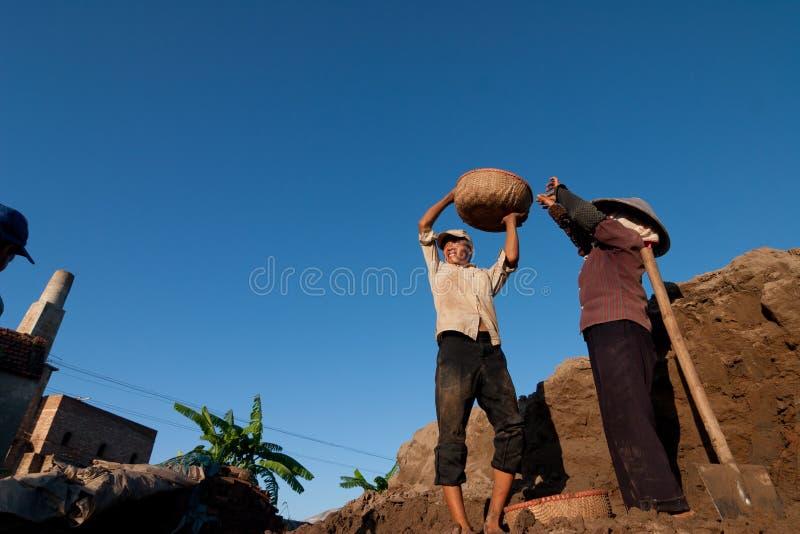 Stora ugnar, brännugnar, van vid botlerategelstenar i Vietnam royaltyfria foton