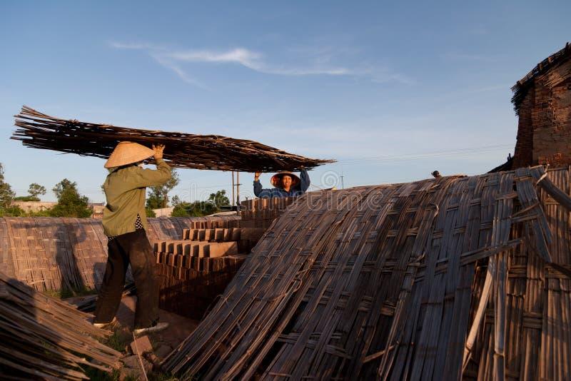 Stora ugnar, brännugnar, van vid botlerategelstenar i Vietnam royaltyfria bilder