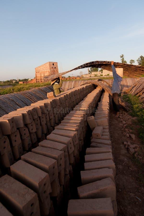 Stora ugnar, brännugnar, van vid botlerategelstenar i Vietnam arkivbilder