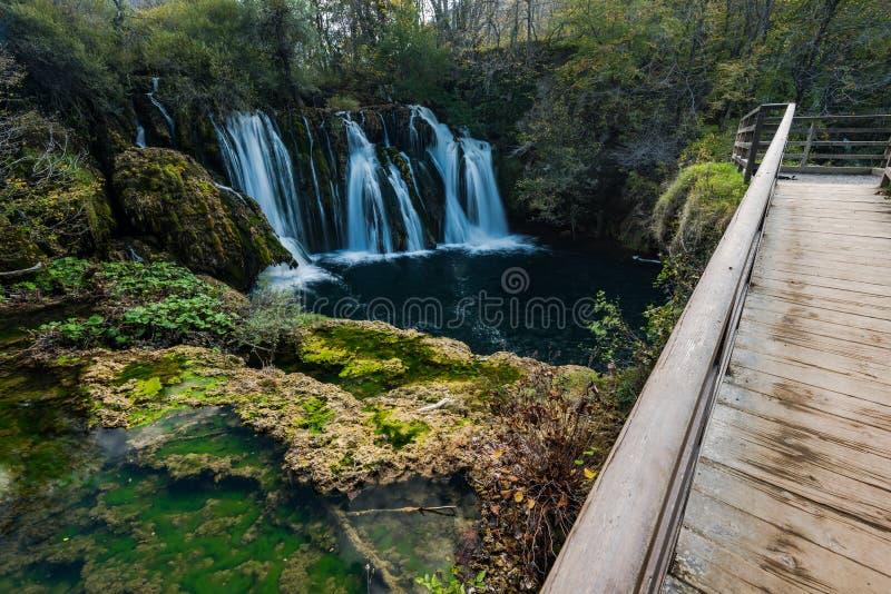 Stora Una vattenfall i MArtin Brod, Bosnien och Hercegovina arkivbilder
