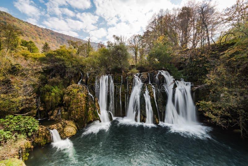 Stora Una vattenfall i MArtin Brod, Bosnien och Hercegovina royaltyfri fotografi