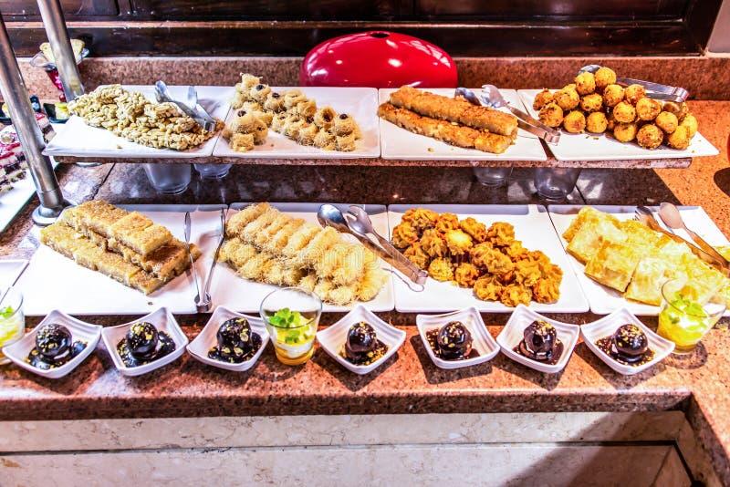 Stora uppläggningsfat av mellersta - östliga sötsaker efterrätt, baklava, bakelse, honung, muttrar, berömfestmåltid i den Egypten royaltyfria bilder