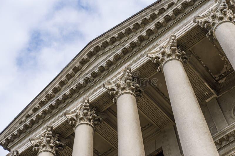 Stora värdiga kolonner med ett tak arkivfoto