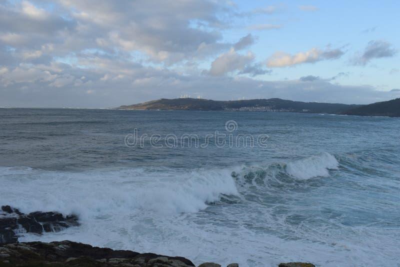 Stora vågor i Galicia royaltyfri fotografi