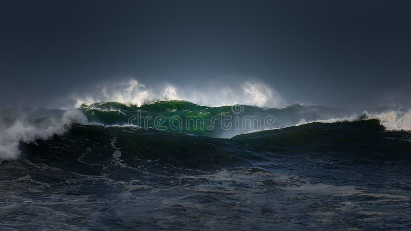 Stora vågor med stormigt väder royaltyfria bilder