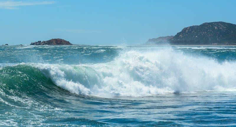 Stora vågor på havet royaltyfri foto