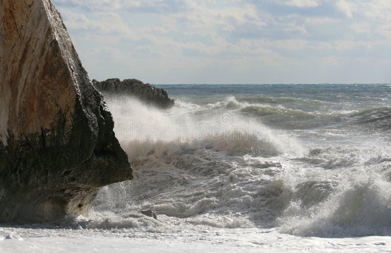 Stora vågor på stranden arkivfoton